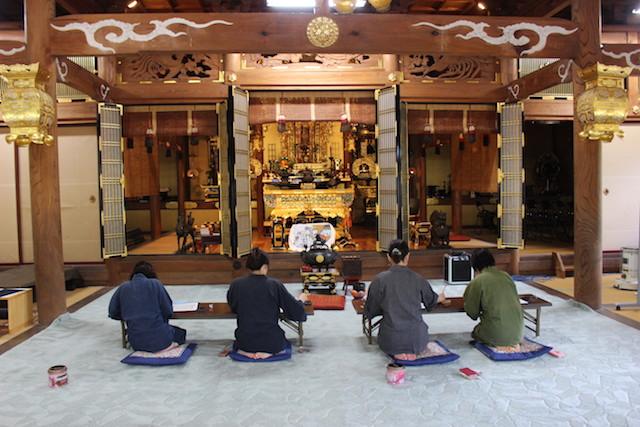 光澤寺納骨堂−基本−写経の様子