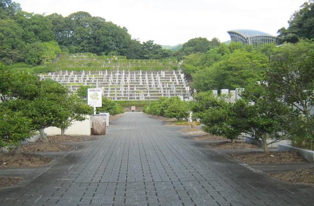 橿原市営香具山墓園−霊園内メイン通路